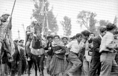 Gente corre durante la representación de Cristo en Iztapalapa