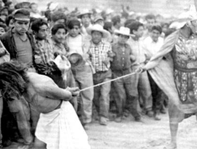 Romano lleva preso a hombre, representación de la Pasión de Cristo en Iztapalapa