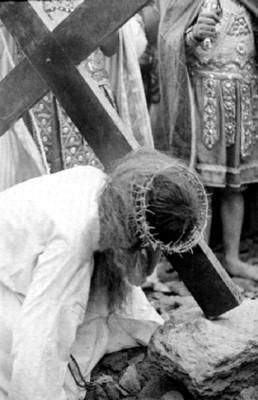Momento de la caída con la cruz del personaje de Jesús durante la Representación de la Pasión de Cristo en Iztapalapa