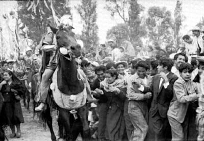 Actores de la representación de la Pasión de Cristo en Iztapalapa abriendo el paso entre los asistentes