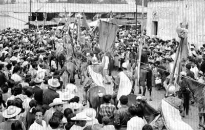 Soldados a caballo con estandartes representan el viacrucis de Iztapalapa