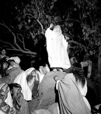 Jesús escucha a un apóstol mientras los demás duermen en el Monte de los Olivos en la representación de la Pasión de Cristo de Iztapalapa