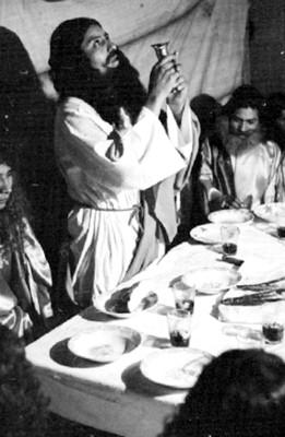Jesús con el vino al representar la última cena en Iztapalapa