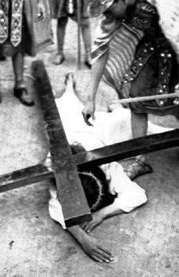 Hombre representa la primera caída durante Pasión de Cristo en Iztapalapa