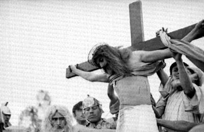 Jesús es bajado de la cruz durante la representación de Cristo en Iztapalapa