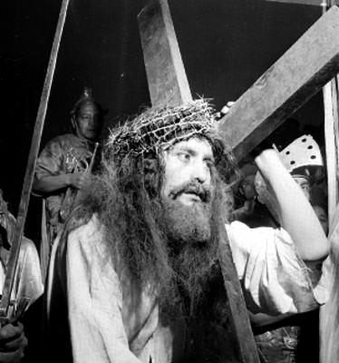 Jesús carga la cruz al representar el viacrucis en Iztapalapa