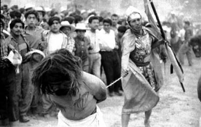 Soldado romano apresa a ladrón al representar la Pasión de Cristo en Iztapalapa