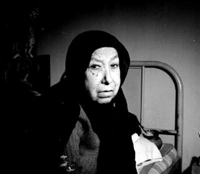 Mujer enferma sentada sobre una cama, retrato