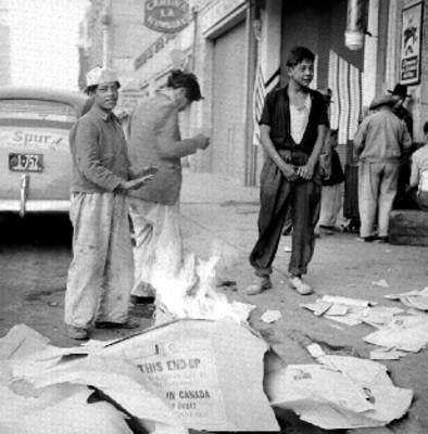 Voceadores queman papel para calentarse