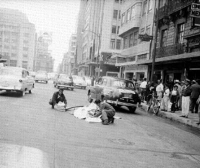 Voceadores acomodan los suplentos del periódicos en una calle