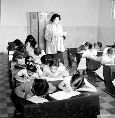 Niños voceadores reciben clases en la casa del papelero
