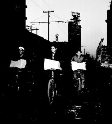 Voceadores reparten periódicos en bicicleta