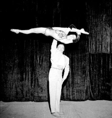 Chiquitita y Johnson, bailarines acrobatas debutan en el teatro Iris
