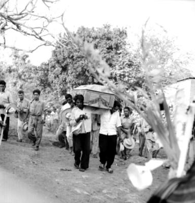 Campesinos con el ataúd llagan al camposanto