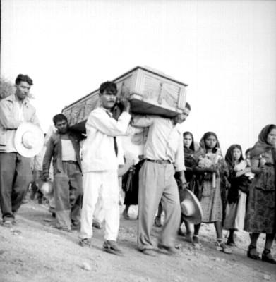 Campesinos cargan el ataúd en un sepelio
