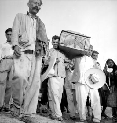 Campesinos cargan un ataúd durante un sepelio