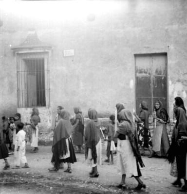 Mujeres acompañan el cortejo fúnebre en la avenida El Jardín