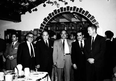Joe Chamaco en compañía de varios hombres en un evento en el restaurante El Grillo