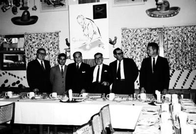 Joe Chamaco en compañía de varios hombres en el restaurante El Grillo en un evento