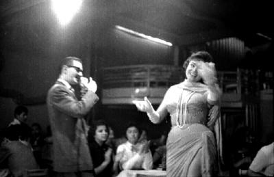 Locutor presenta a cantante en el cabaret El Burro