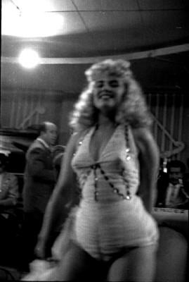 Vedette baila en el cabaret El Burro