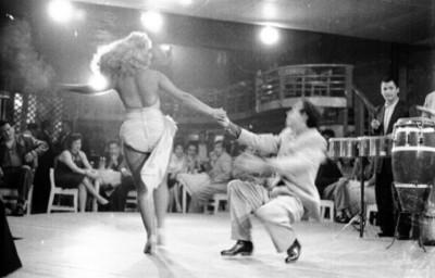 Pareja de bailarines dan un espectáculo en el cabaret El Burro