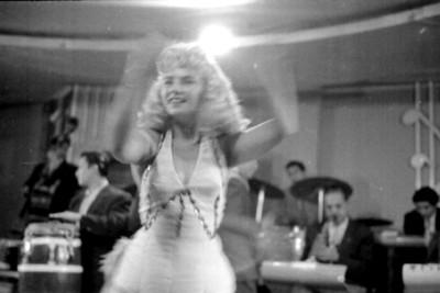 Vedette baila durante un show