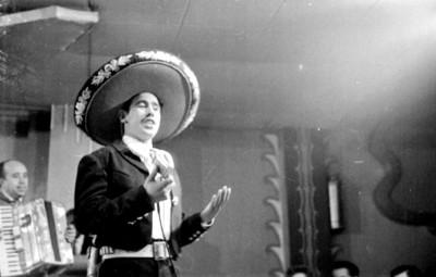Cantante vernáculo debuta en el cabaret El Burro