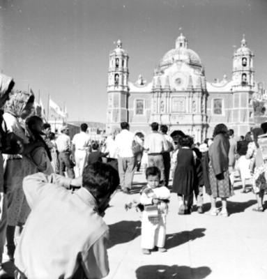 Gente frente a la villa de Guadalupe