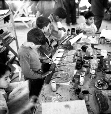 Niños en su taller de pintura