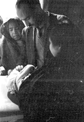 Médico atiende a enfermo en la Delegación de Policía