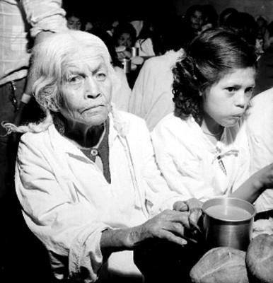 Anciana en un comedor público