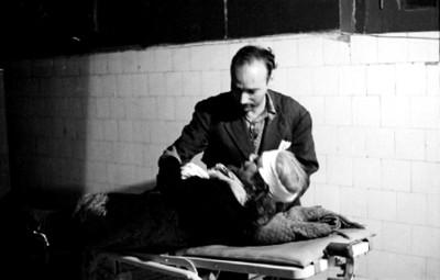 Médico examina a mujer hérida en el consultorio del juzgado