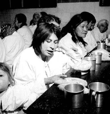 Ancianas en el comedor de un asilo