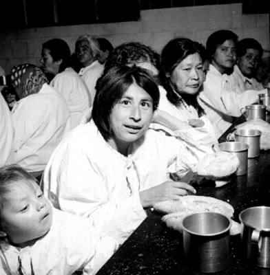 Ancianas toman sus alimentos en un asilo