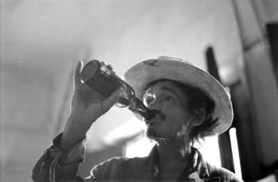Hombre toma una cerveza
