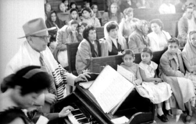Mujer toca el piano durante ceremonia en la sinagoga