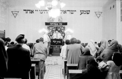 Rabino ofrece una ceremonia en la sinagoga