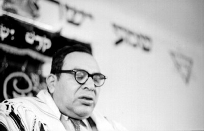 Rabino en la sinagoga durante una ceremnonia