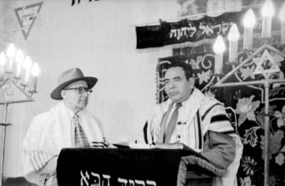 Rabinos y judios ofrecen ceremonia