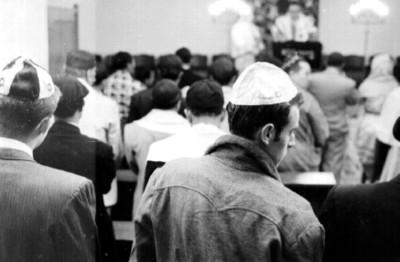 Judios escuchan una ceremonia en la sinagoga
