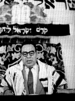 Rabino ofrece ceremonia en la sinagoga