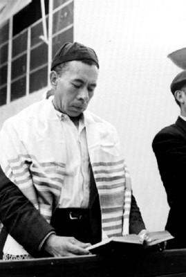 Rabino leyendo la biblia durante una ceremonia