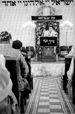 Rabino y judios durante ceremonia en la sinagoga