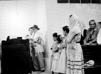 Judios durante una ceremonia en la sinagoga