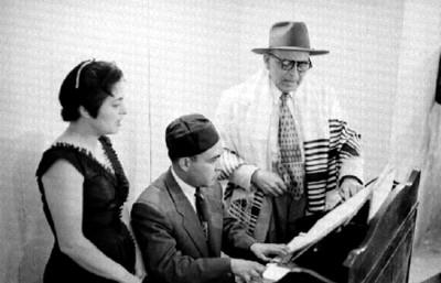 Judio toca el piano durante una ceremonia en la sinagoga