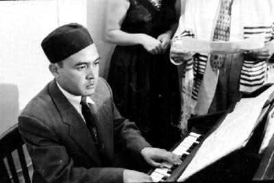 Judio toca el piano durante ceremonia en la sinagoga