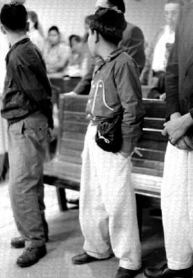Niños judios durante una ceremonia en la sinagoga