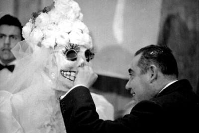 Mujer acaricia a mujer en el carnaval de San Carlos