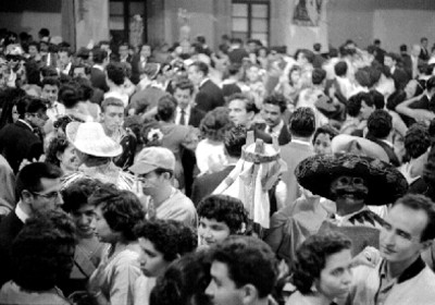 Parejas bailan en el carnaval de la academia de San Carlos